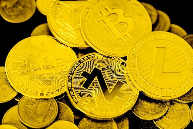 Куча золотых биткойнов, торговля криптовалютой, концепция фондового рынка виртуальных денег, биткойн zcash litecoin