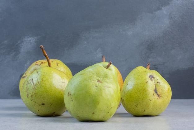 灰色の背景に緑の梨の山。