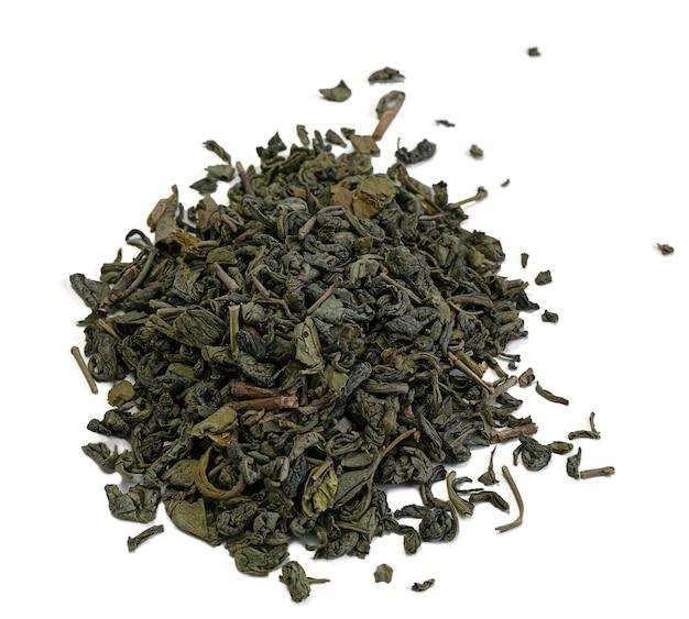 Куча листьев зеленого чая на белом фоне