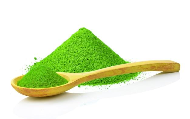 Куча порошка зеленого чая, изолированные на белом фоне