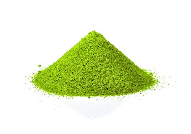 Куча порошка зеленого чая изолирована