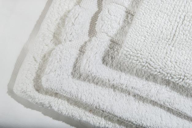 수제 와플 린넨 면 냅킨 더미, 흰색 린넨 배경에 수건. 다른 색상입니다. 음식 사진 소품. 천연 와플 린넨 코튼 원단.