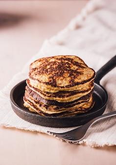 小さな鍋で作りたての自家製パンケーキの山、すぐに食べられる