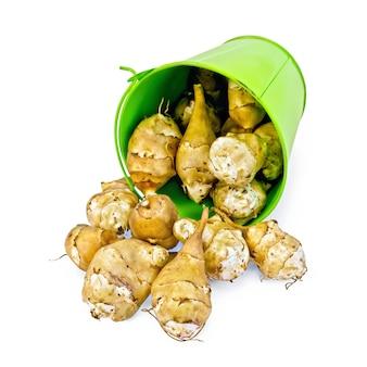 예루살렘 아티 초크 더미는 흰색 배경에 고립 된 작은 녹색 양동이를 부어