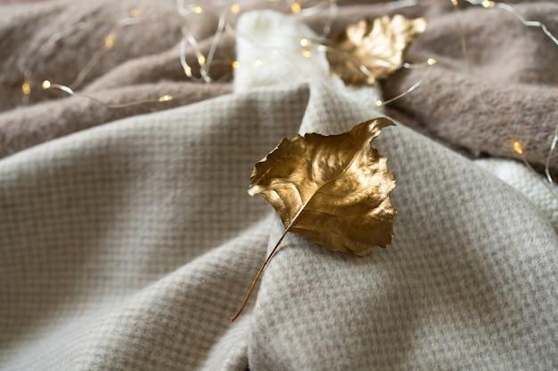 가을 금색 니트 옷 더미는 텍스트 가을 겨울을 위한 따뜻한 배경 니트웨어 공간을 남깁니다...
