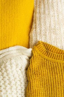 ニット服の山黄白色