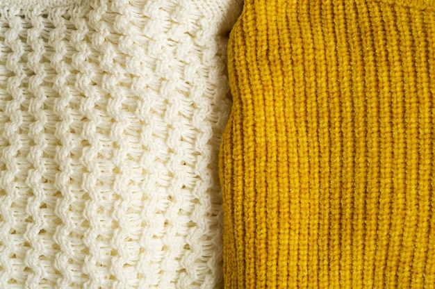 니트 옷 더미 노란색 흰색
