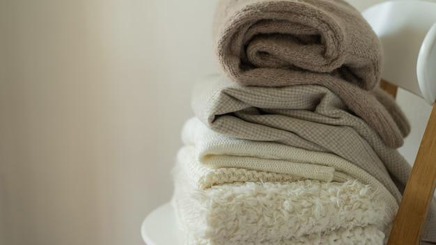 Куча вязаных свитеров теплый фон трикотажное пространство для текста осень зима концепция фон с ...