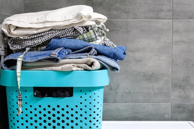 洗濯物の山と洗濯用に準備された服