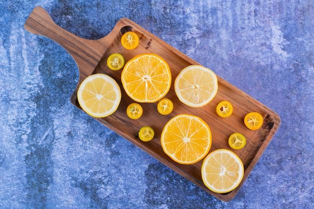 木製のトレイにレモンとキンカンのスライスの山。
