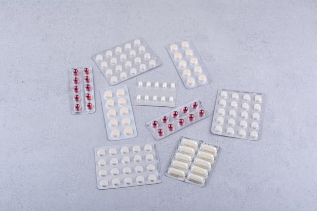 大理石の背景に医療薬の山。高品質の写真