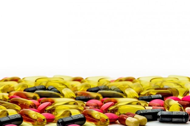 薬の山とビタミンカプセル。医療と病気の概念と健康と免疫システムのサプリメント