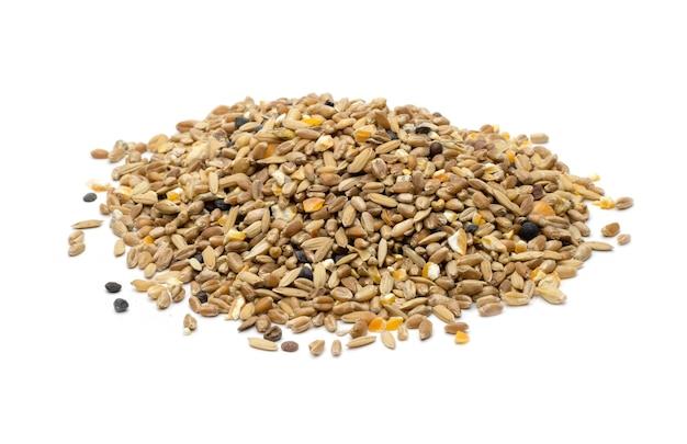 고립 된 흰색 배경에 혼합 씨앗 또는 비둘기 혼합 음식의 더미