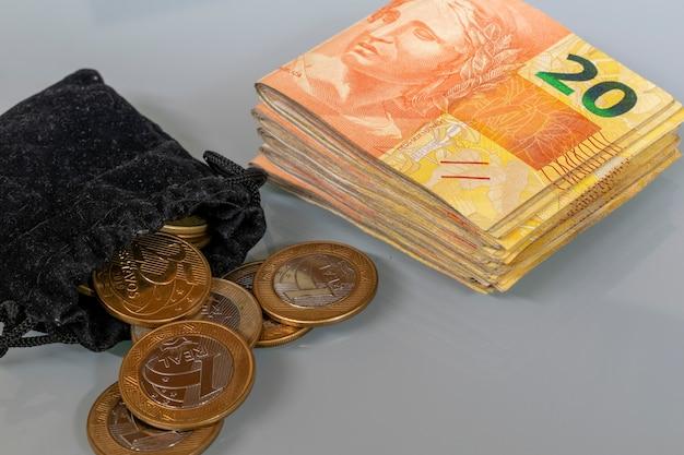 ブラジルのコインでお金と財布の山。経済概念