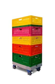 Куча разноцветных пластиковых ящиков на полке с колесами