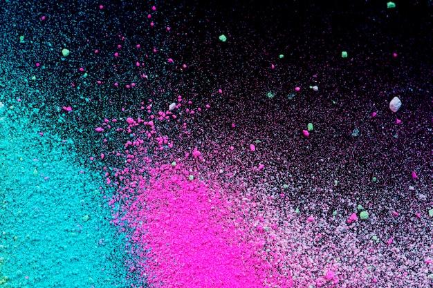 Куча порошка натурального цветного пигмента. зеленый розовый белый порошок разбрызгивает частицы