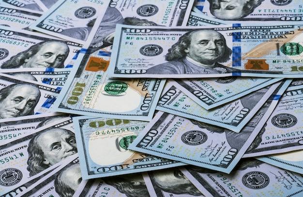 背景としての新しいデザインの米ドル紙幣の山