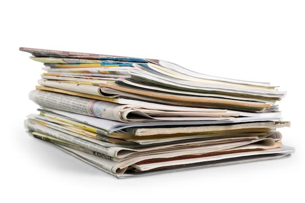 白い背景の上の新聞の山