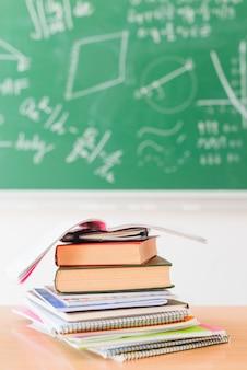 教室の机の上のノートの山