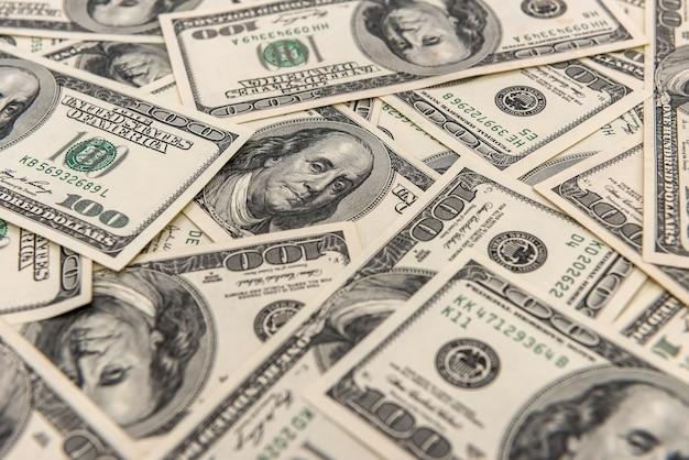 배경으로 오래 된 100 달러 지폐의 더미입니다. 부 금융 개념