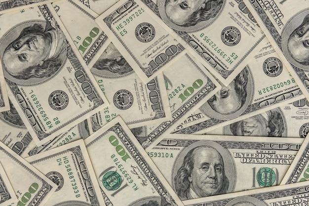 Куча старых 100-долларовых банкнот как фон. концепция финансирования богатства