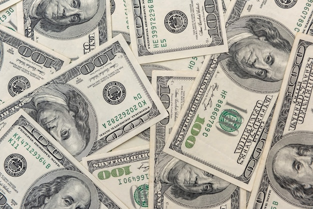 古い100ドル紙幣の山富の金融の概念