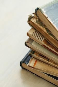 古い本、文学の概念の山
