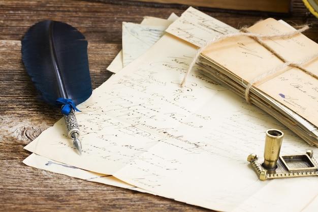 오래 된 편지와 푸른 깃털 펜 더미