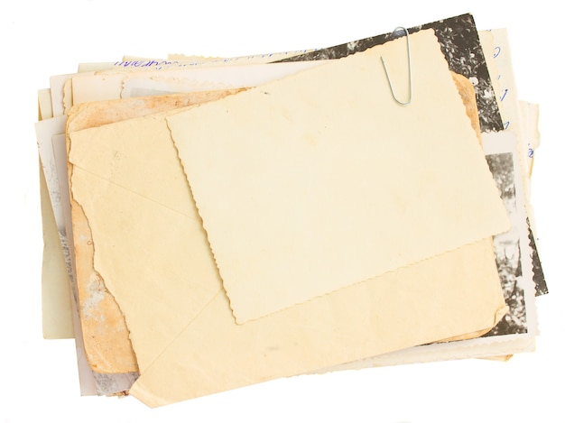 흰색 배경에 고립 된 오래 된 메일과 오래 된 사진의 더미