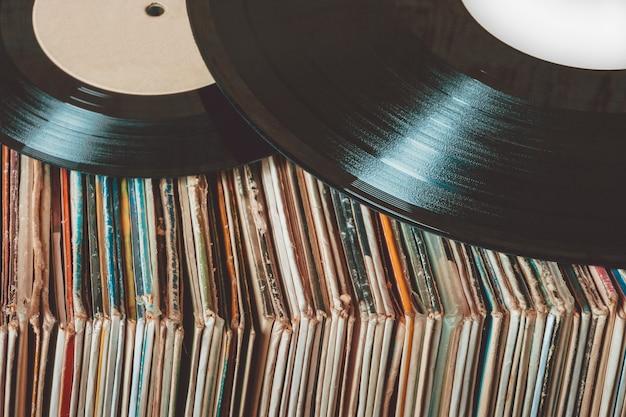 古いビニールレコードの山