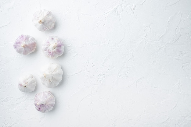흰색 배경에 유기농 농장 마늘 세트 더미, 위쪽 뷰 플랫 레이, 카피스페이스 및 텍스트 공간