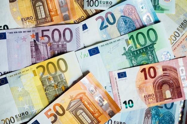 Куча бумажных банкнот евро как часть платежной системы объединенной страны
