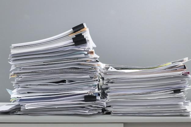 책상 테이블에 서류 더미 작업