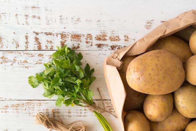 Куча картофеля в бумажном пакете