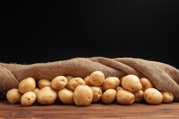 Куча картофеля на деревянных досках
