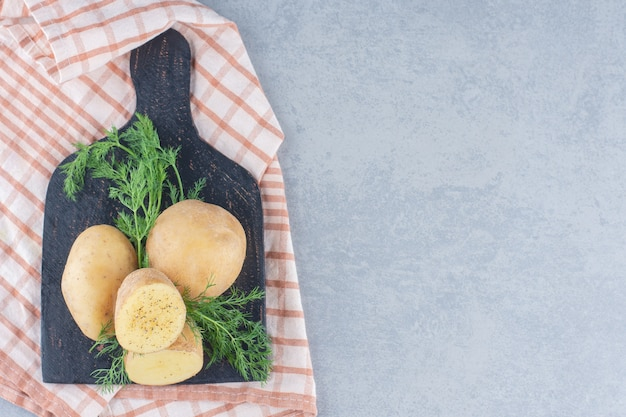 삼 베 자루 배경에 감자 더미입니다.