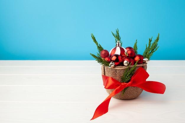 바구니에 빨간 크리스마스 싸구려의 더미를 닫습니다.