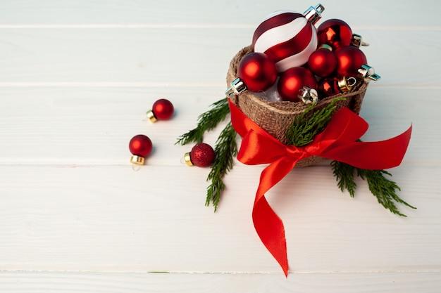 바구니에 빨간 크리스마스 싸구려 더미를 닫습니다.