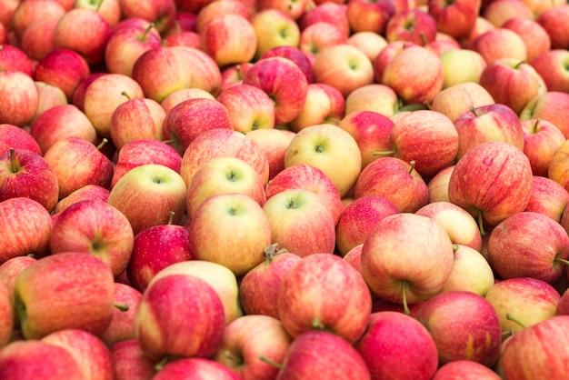 赤い新鮮なリンゴの果実の山