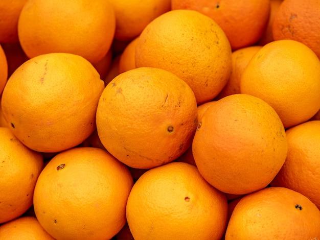 Вид сверху кучу спелых апельсинов
