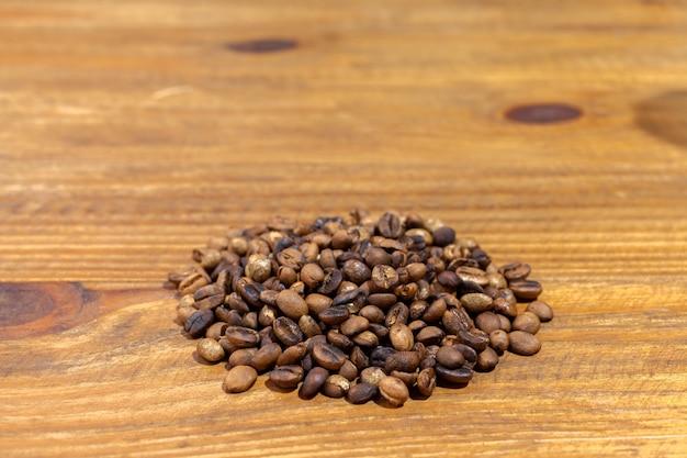 나무 테이블에 볶은 artesanal 미식가 커피 콩 패턴의 더미