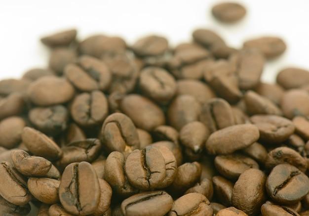 볶은 커피 콩의 더미