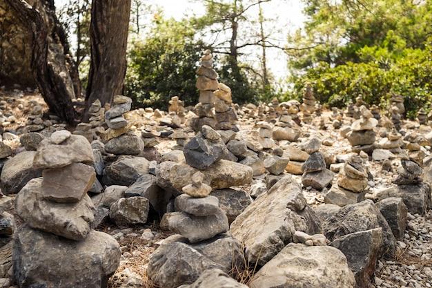 Куча камней в лесу. стек камней в парке. каменная башня. треккинг туристический