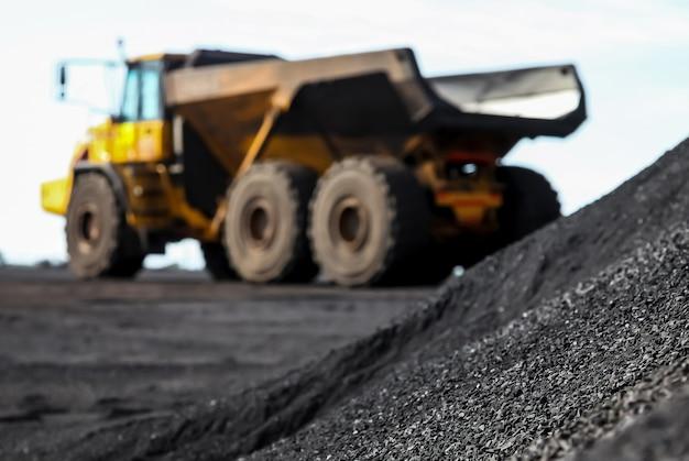 남아프리카 공화국의 망간 광산에서 트럭 근처에 있는 모래 더미
