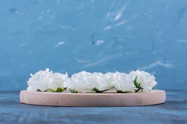 Куча маленьких белых цветов на синем.