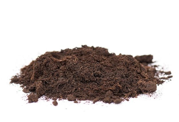 토양 또는 지상 흰색 배경에 고립의 더미