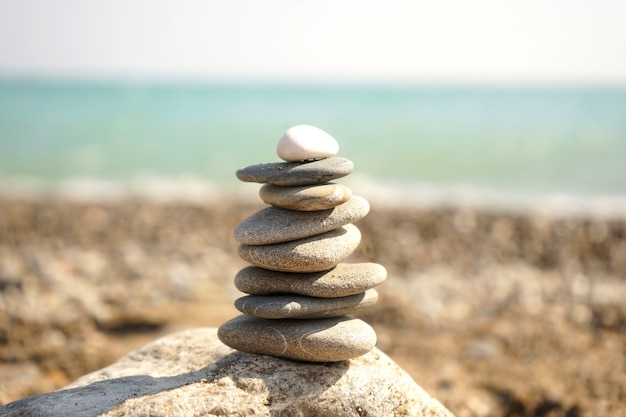 石の山が海岸に横たわっています