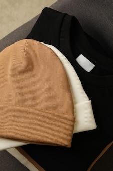 Куча свитшотов и шапок на стуле Premium Фотографии