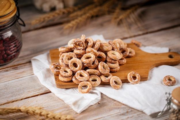 Куча сладких русских бублик хлебные кольца с сахаром на деревянном фоне