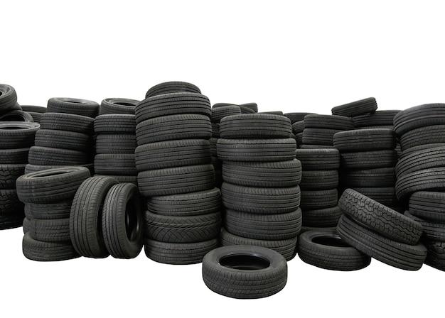 白い背景に分離されたタイヤの山、製造工場の新車タイヤ製品